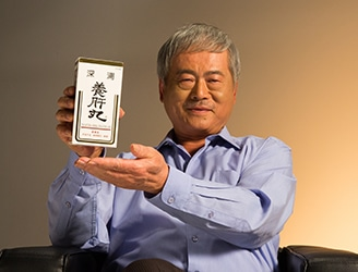 Dr. Lee Sheng-Pu takes SP Pro-liver pills